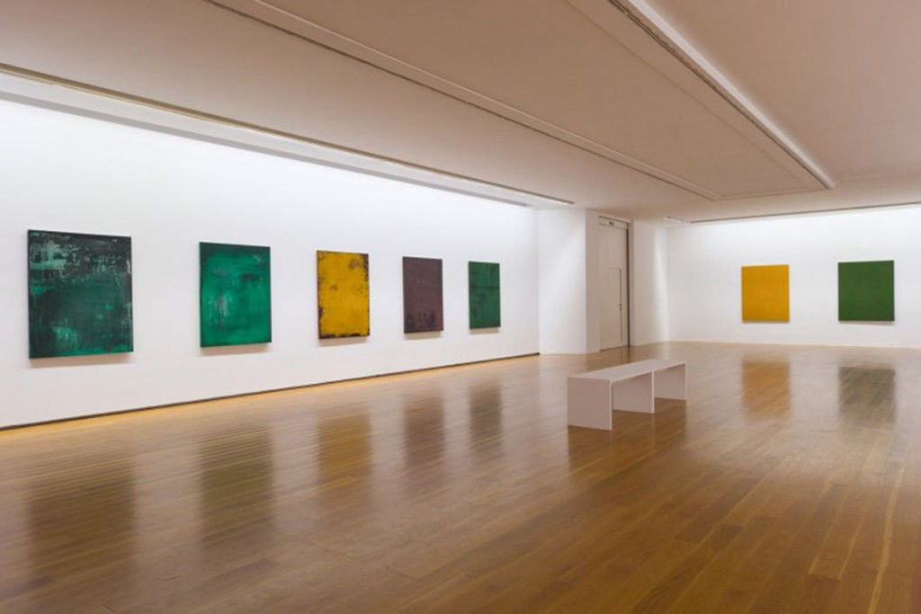 Vista de salas de exposición, con obras de las series Ocultacións (2000) y Albanelería fina (1997) Foto: ©MARCO Vigo/Enrique Touriño