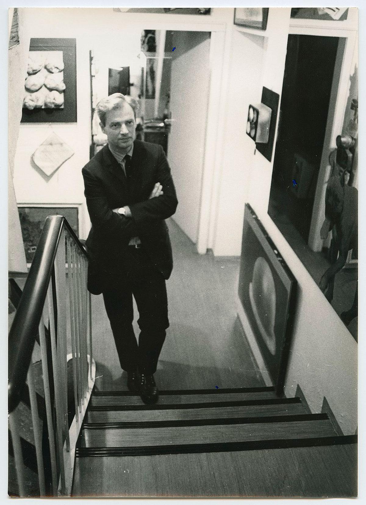 Im Hause Hahn, Hahn auf der Treppe, 1968, © Zentralarchiv des internationalen Kunsthandels (ZADIK), FotografIn unbekannt