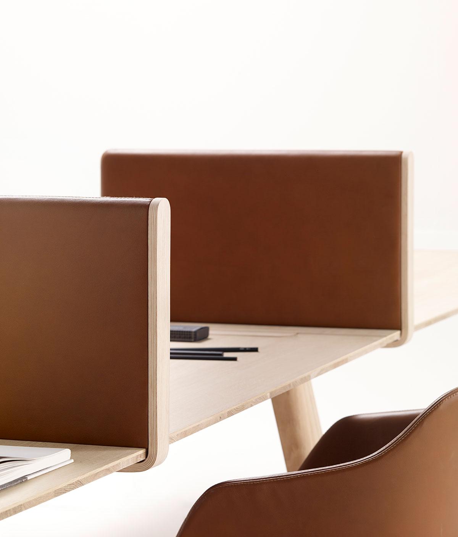 Mesa de trabajo Heldu (separadores acabados en cuero), diseñada por Iratzoki & Lizaso. Imagen cortesía de © Alki