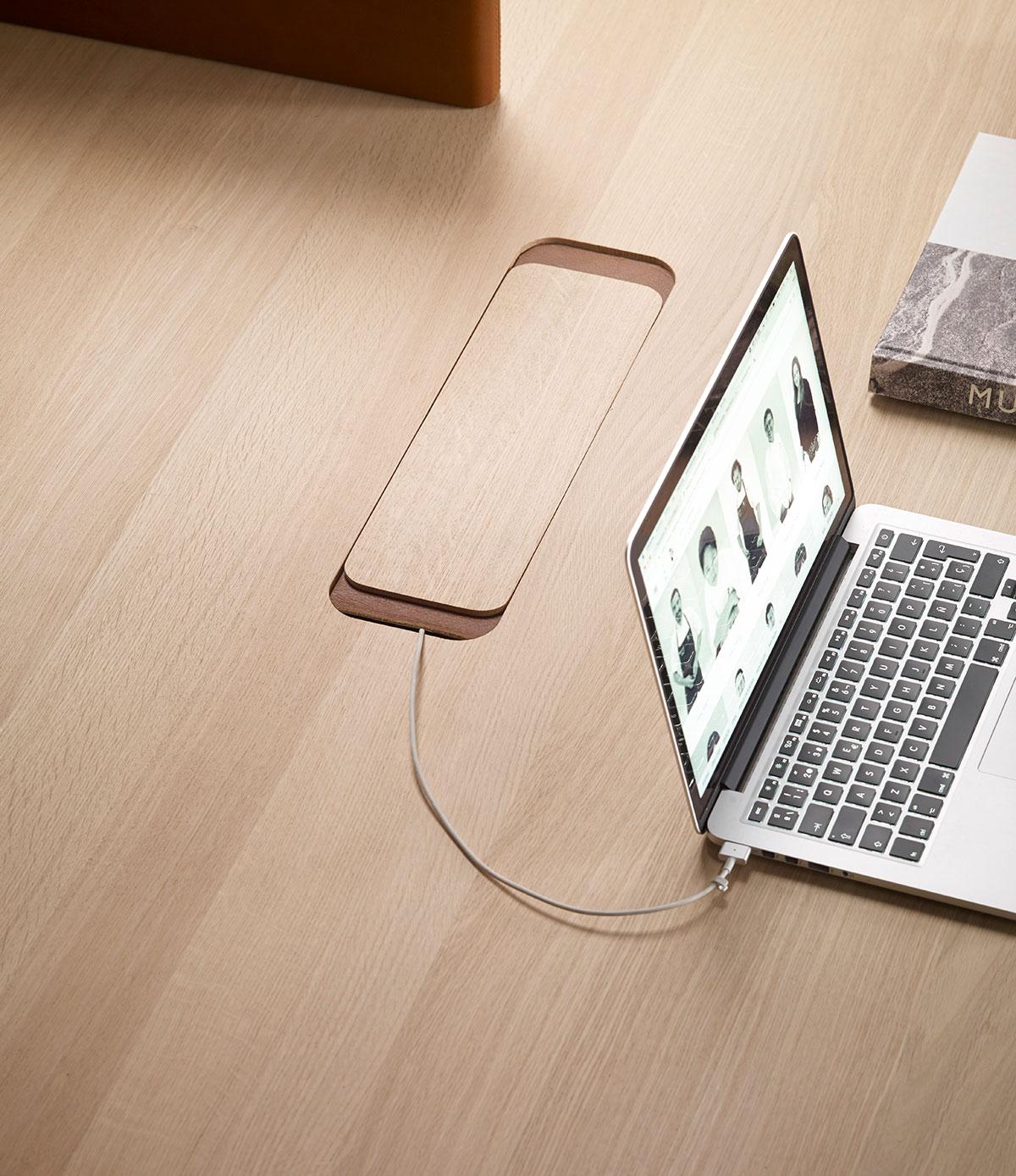 Mesa de trabajo Heldu (tapa cubriendo el acceso a la electricidad), diseñada por Iratzoki & Lizaso. Imagen cortesía de © Alki